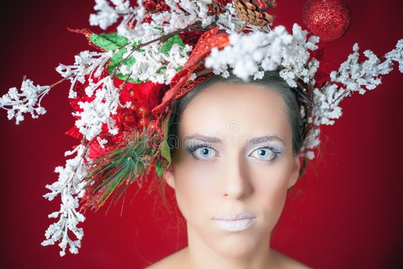 Mujer del invierno de la Navidad con el peinado y el maquillaje, modelo del árbol de moda fotos de archivo libres de regalías