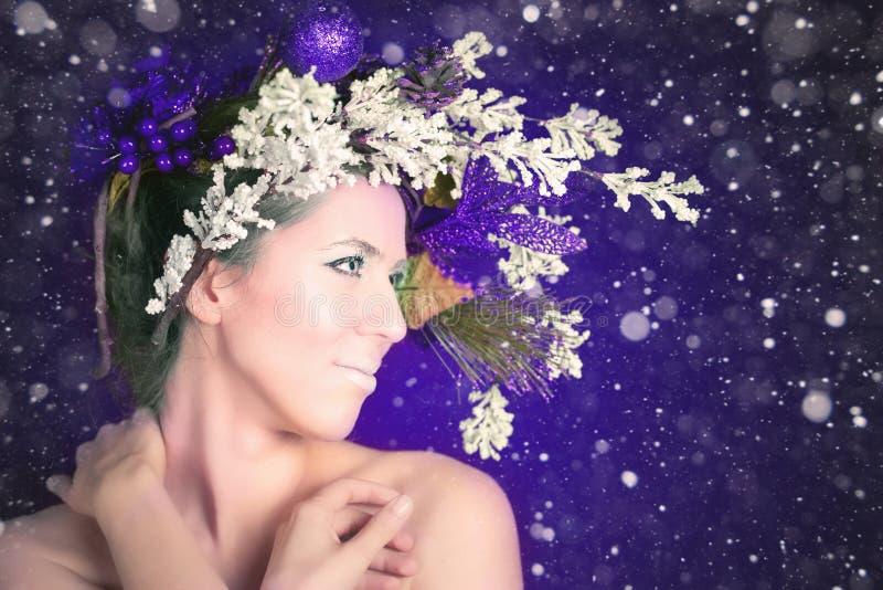 Mujer del invierno de la Navidad con el peinado y el maquillaje, modelo del árbol de moda fotos de archivo