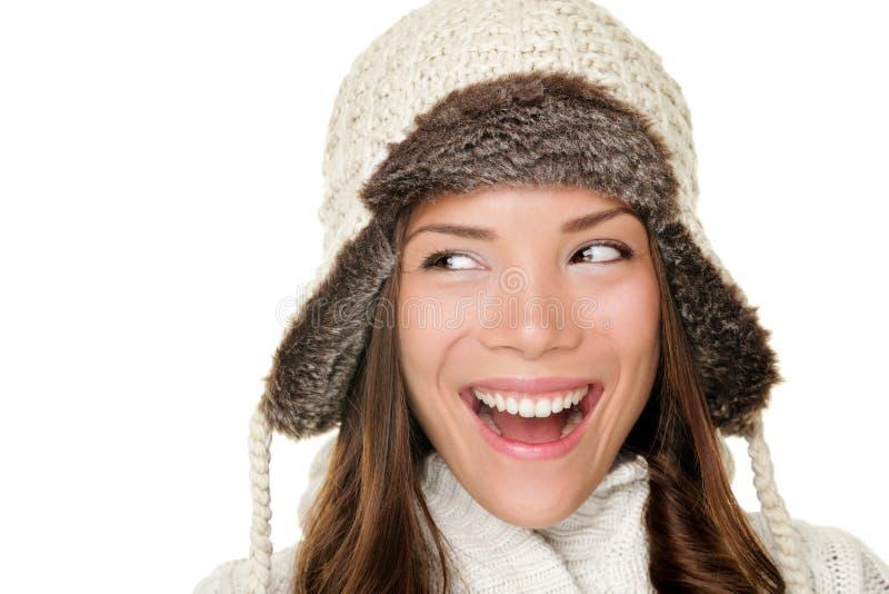 Mujer del invierno que mira feliz oblicuo imagen de archivo