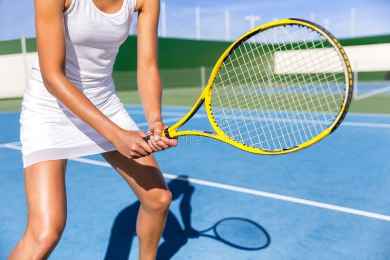 Mujer del jugador de tenis lista para jugar en corte fotografía de archivo