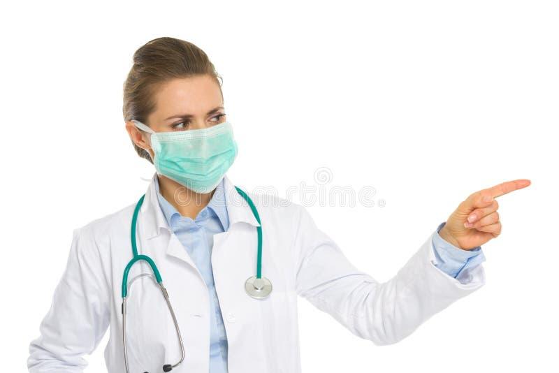 Mujer del médico que señala en espacio de la copia fotografía de archivo libre de regalías