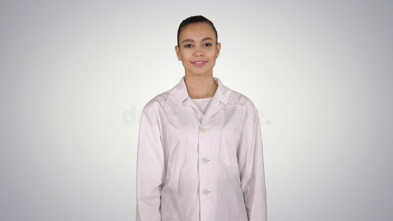 Mujer del médico que va derecho fondo de la pendiente imagen de archivo libre de regalías