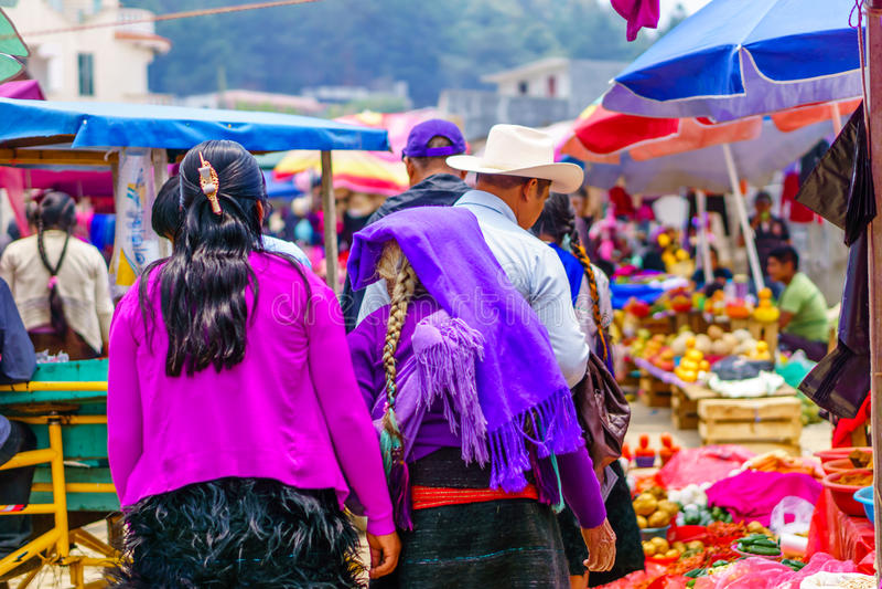 Mujer del maya en mercado en pueblo del chamula imagenes de archivo