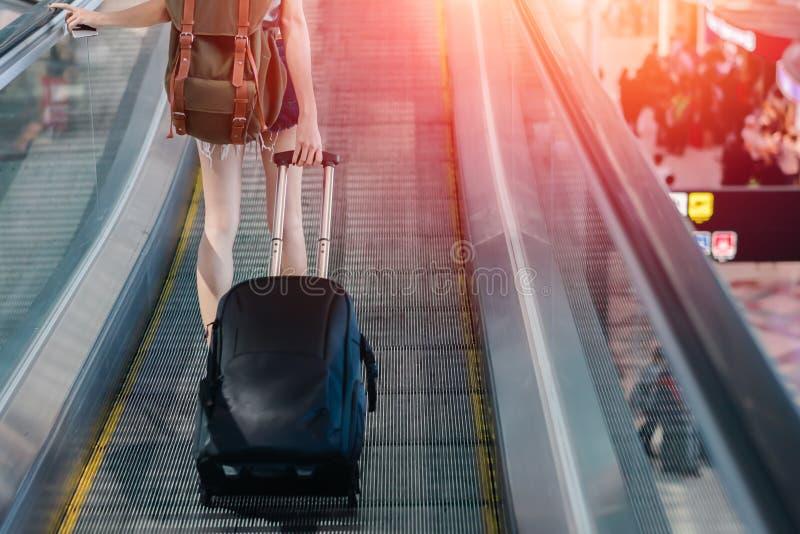 Mujer del Midsection con el equipaje que viaja en el aeropuerto imágenes de archivo libres de regalías