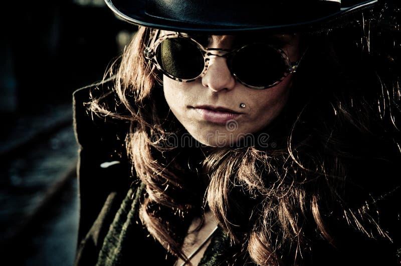 Mujer del misterio en gafas de sol fotografía de archivo