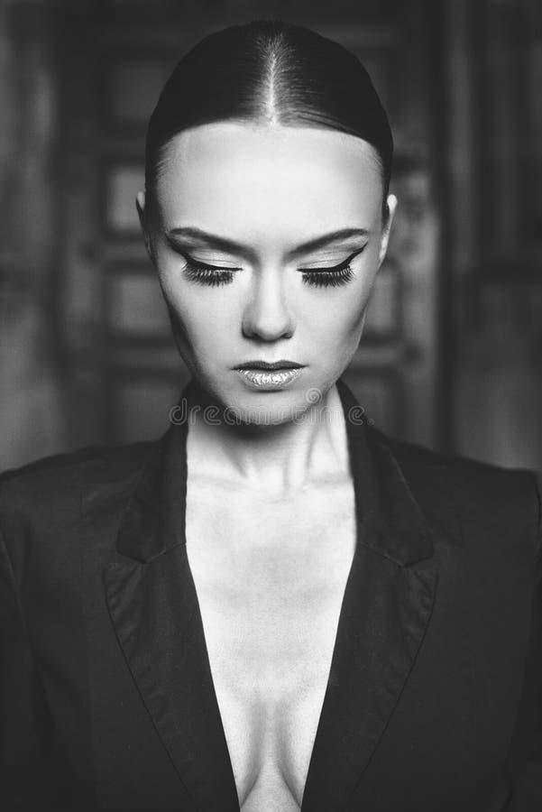 Mujer del modelo de moda con la cara y el maquillaje de la belleza fotos de archivo