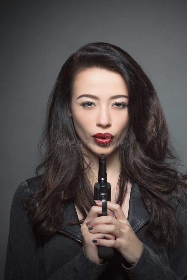 Mujer del modelo de moda con los labios rojo oscuro en estudio foto de archivo