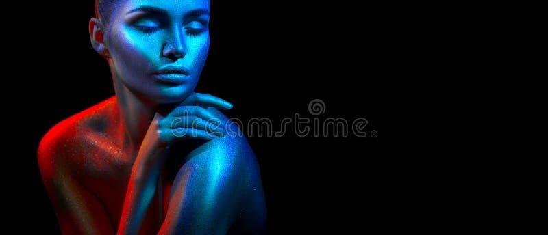 Mujer del modelo de moda en chispas brillantes coloridas y luces de neón que presentan en el estudio, retrato de la muchacha atra fotografía de archivo libre de regalías