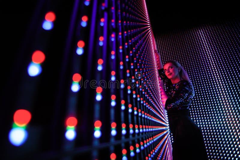 Mujer del modelo de moda en las luces azules del neón brillante colorido y púrpuras ultravioleta, muchacha hermosa fotos de archivo