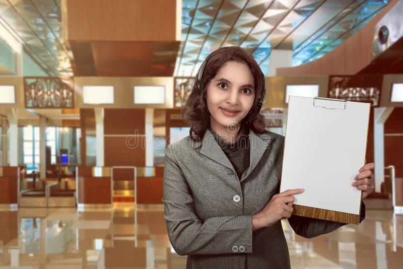 Mujer del operador del servicio de atención al cliente con la demostración sonriente de las auriculares vacía fotos de archivo