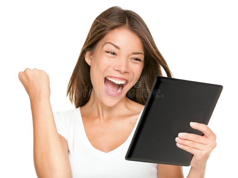 Mujer del ordenador de la tablilla que gana emocionado feliz foto de archivo libre de regalías
