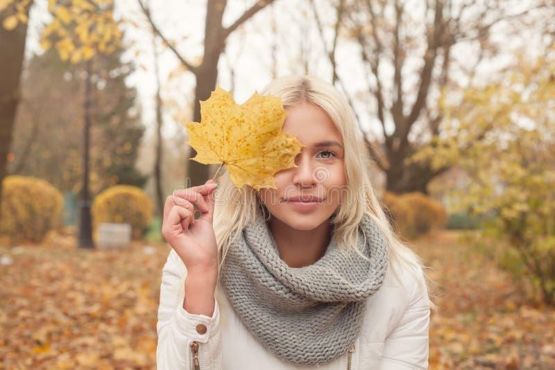 Mujer del otoño con el pelo rubio al aire libre imagen de archivo libre de regalías