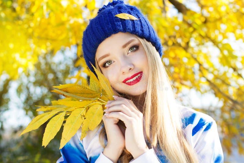 Mujer del otoño feliz con las hojas coloridas de la caída imagen de archivo libre de regalías