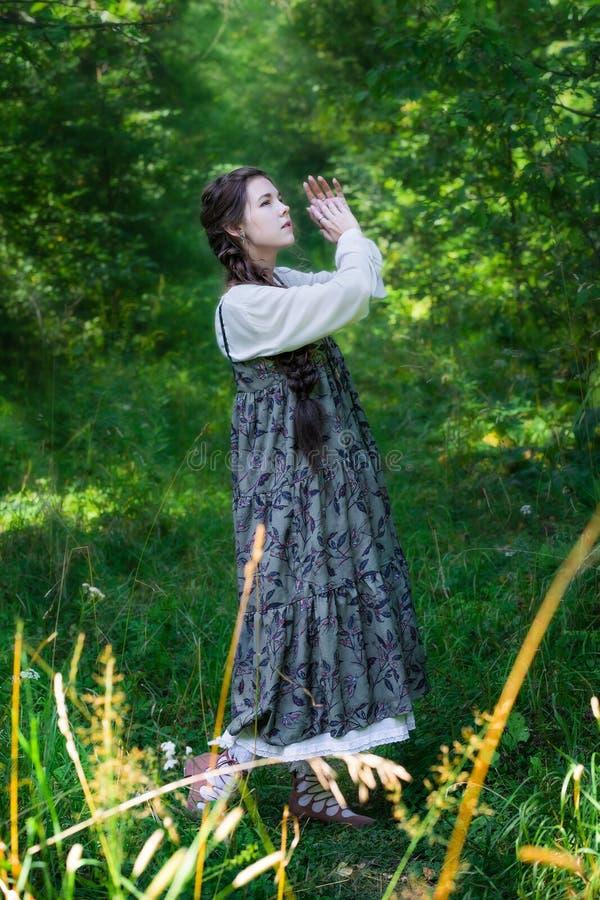 Mujer del país en un paseo en el bosque fotos de archivo