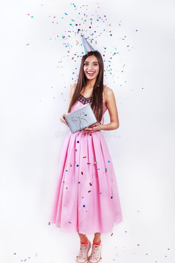 Mujer del partido del feliz cumpleaños con confeti fotografía de archivo libre de regalías