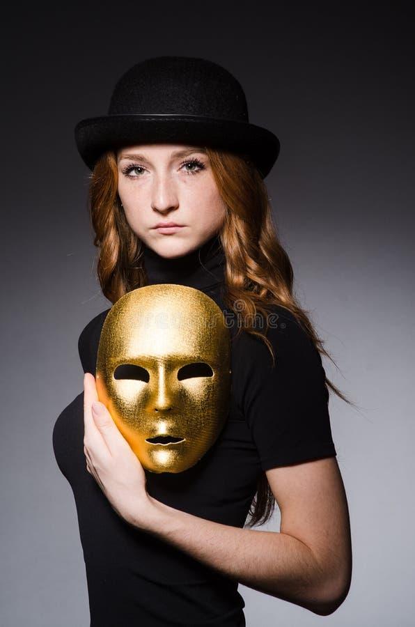 Download Mujer Del Pelirrojo En Máscara Del Iwith Del Sombrero En Concepto De La Hipocresía Foto de archivo - Imagen de anónimo, golden: 41914170