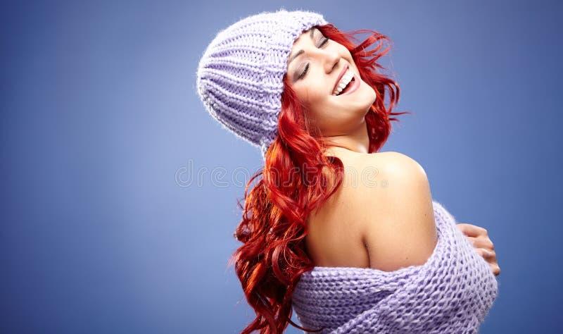 Mujer del pelirrojo en ropa caliente fotografía de archivo