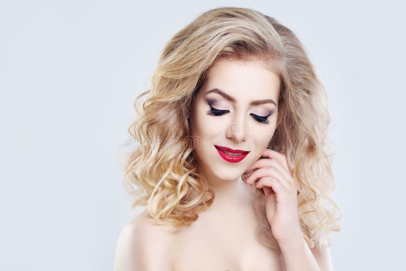 Mujer del pelo rubio Peinado y maquillaje rizados imágenes de archivo libres de regalías