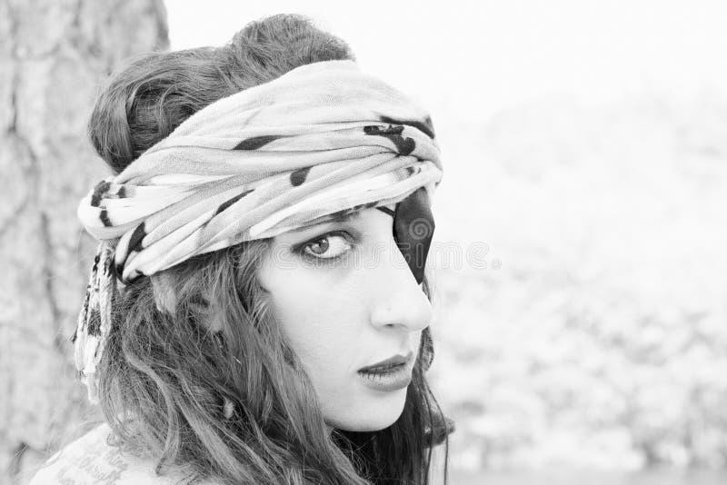 Mujer del pirata con el pañuelo y remiendo sobre ojo imagen de archivo libre de regalías