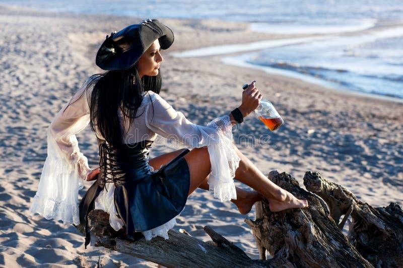 Mujer del pirata en la playa imágenes de archivo libres de regalías