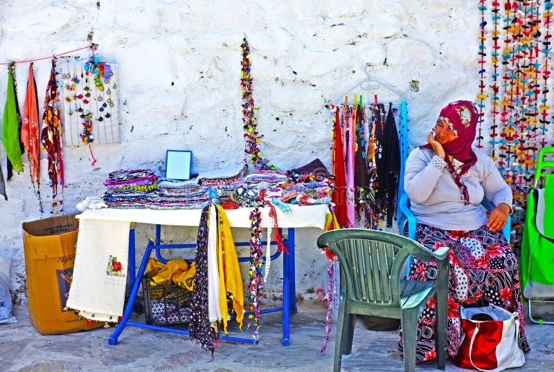 Mujer del pueblo que vende los regalos tejidos a mano foto de archivo libre de regalías