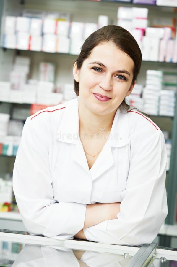 Mujer del químico de la farmacia en droguería imagen de archivo libre de regalías