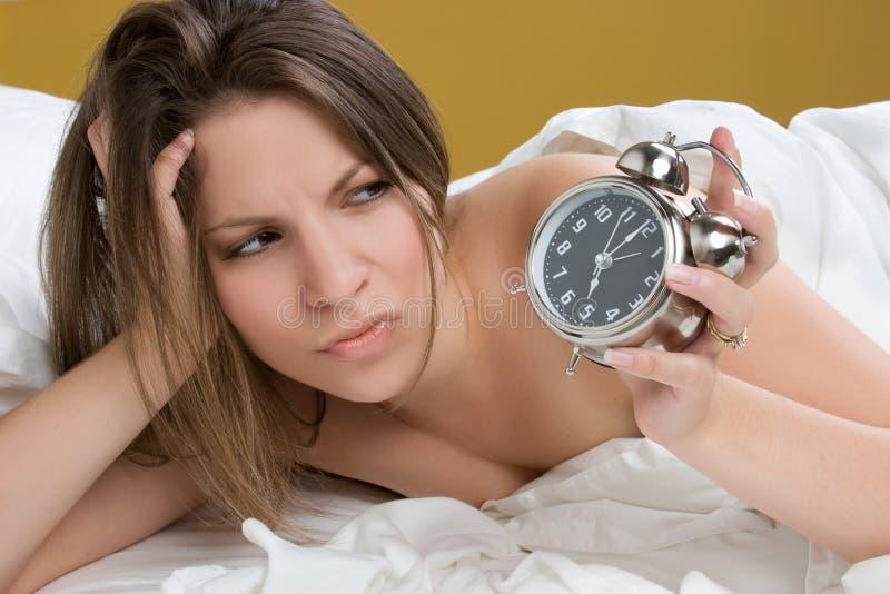 Mujer del reloj de alarma fotografía de archivo