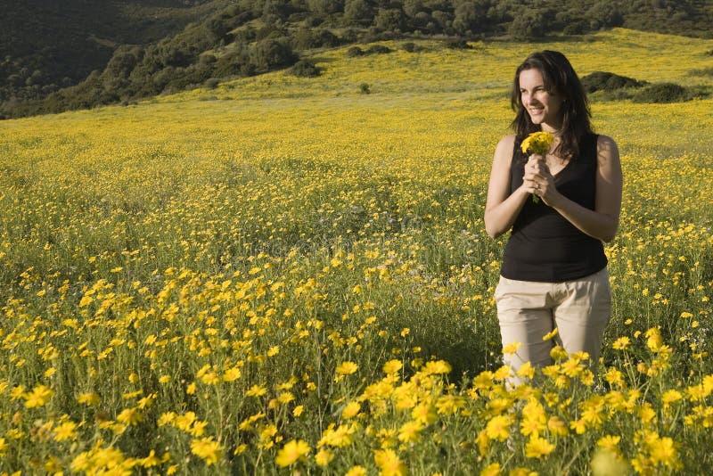 Mujer del resorte con las flores amarillas foto de archivo libre de regalías