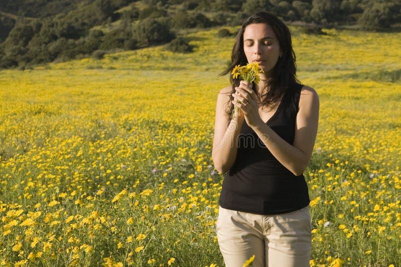 Mujer del resorte con las flores amarillas imágenes de archivo libres de regalías