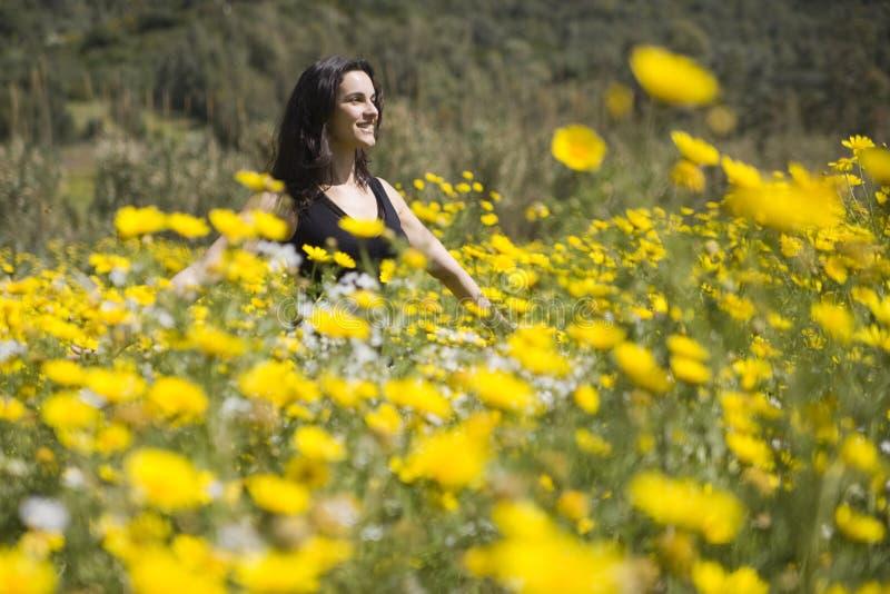 Mujer del resorte con las flores amarillas fotografía de archivo libre de regalías
