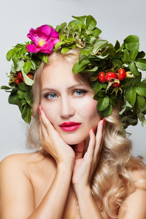 Mujer del resorte La muchacha del modelo del verano de la belleza con las flores coloridas enrruella imagenes de archivo