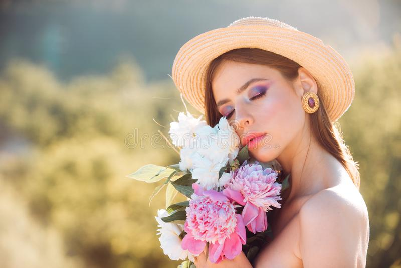 Mujer del resorte Primavera y vacaciones Terapia natural de la belleza y del balneario cara y skincare viaje en verano Mujer con foto de archivo