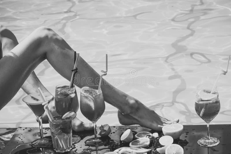 Mujer del resto del verano con la bebida alcohólica y la fruta imagen de archivo libre de regalías