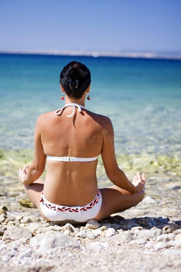 Mujer del retratamiento de vacaciones del océano que se relaja en la playa fotografía de archivo libre de regalías