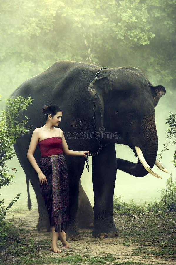 Mujer del retrato con el elefante imagen de archivo libre de regalías