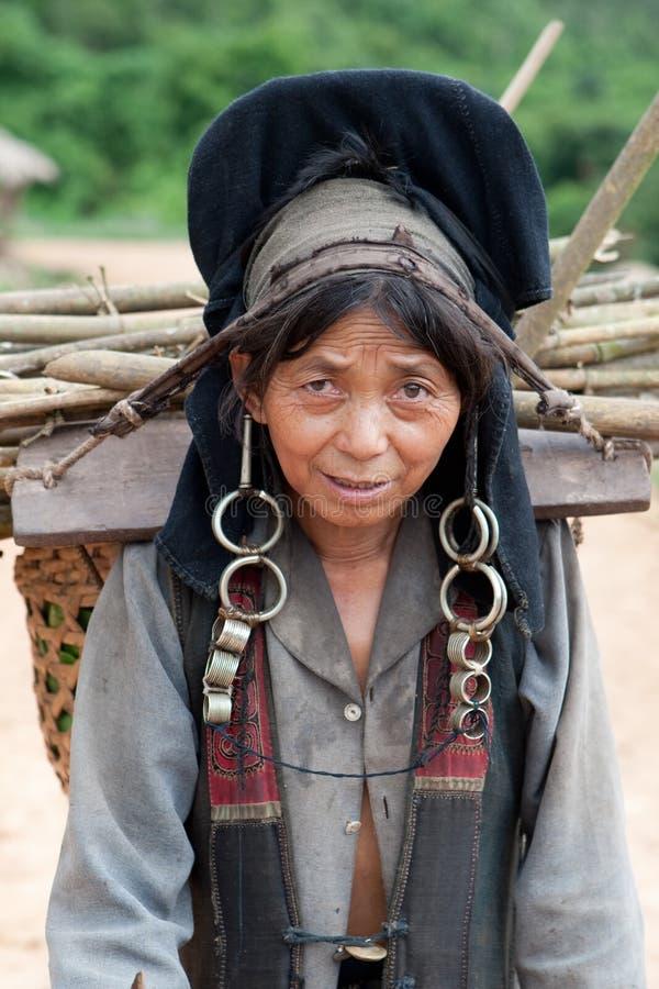 Mujer del retrato de Akha en Laos imagenes de archivo