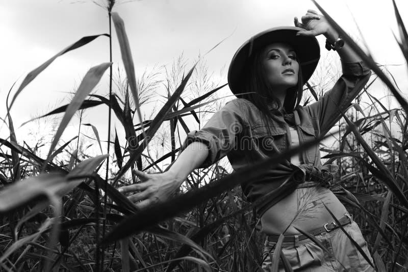 Mujer del safari en el pantano blanco y negro foto de archivo