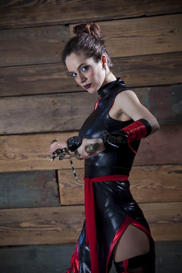 Mujer del samurai con la espada imagenes de archivo