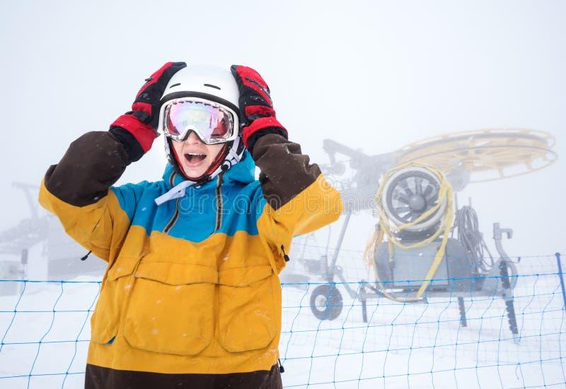 Mujer del Snowboarder en montañas imagen de archivo libre de regalías