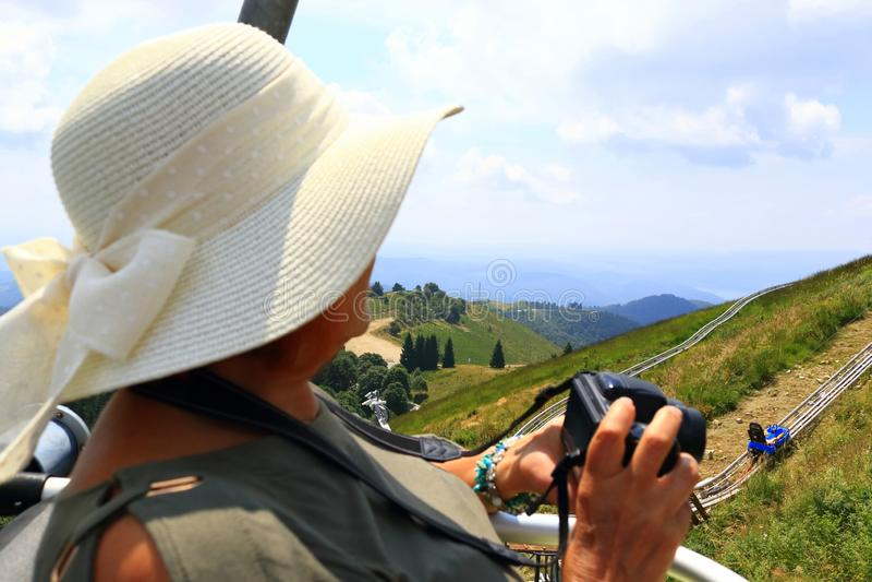 Mujer del sombrero del sol del verano que disfruta de la visión desde Mottarone Italia imágenes de archivo libres de regalías