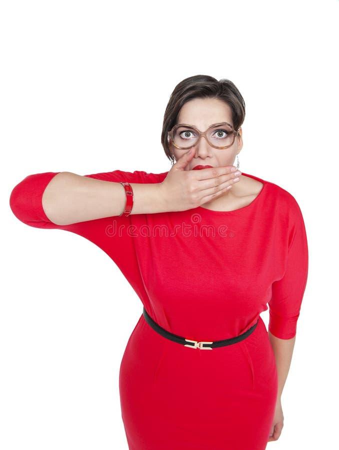 Mujer del tamaño extra grande en los vidrios que cubren su boca con la mano aislada fotografía de archivo libre de regalías