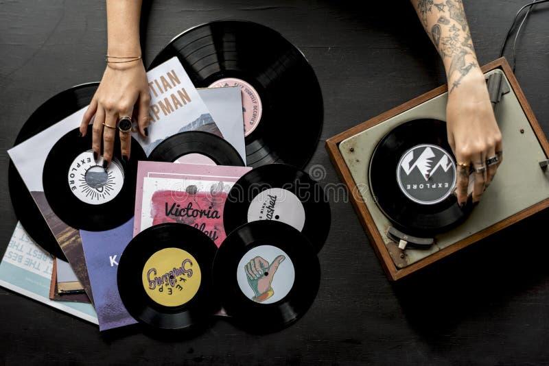 Mujer del tatuaje con el disco del disco de vinilo de la música con el jugador imagenes de archivo