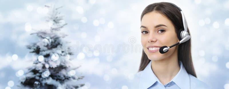 Mujer del tema de la Navidad con la sonrisa de las auriculares aislada en la Navidad fotos de archivo libres de regalías