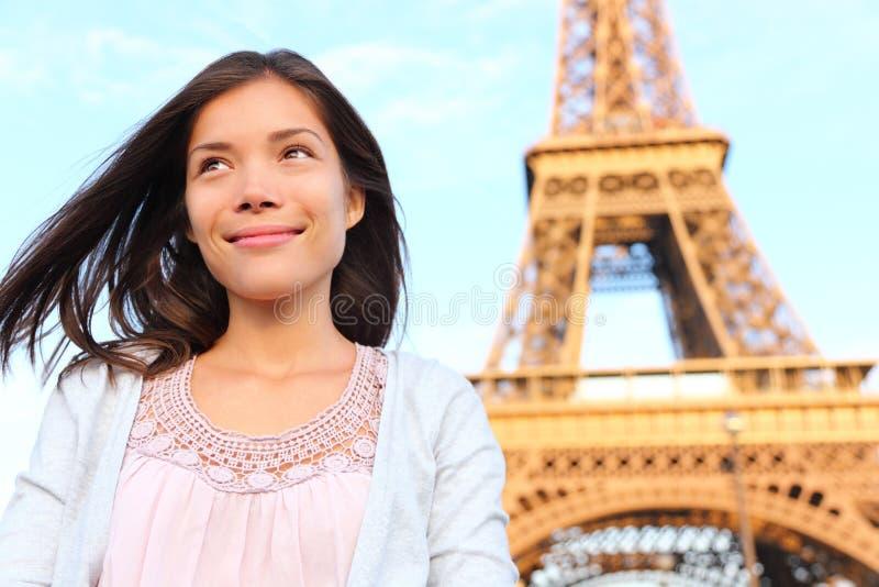 Mujer del turista de París de la torre Eiffel imágenes de archivo libres de regalías