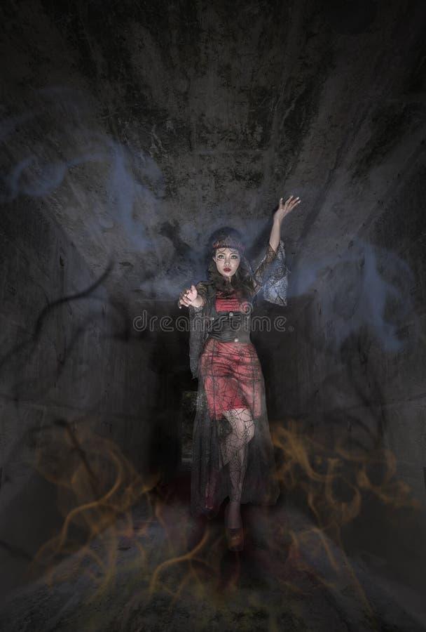 Mujer del vampiro en humo fotos de archivo