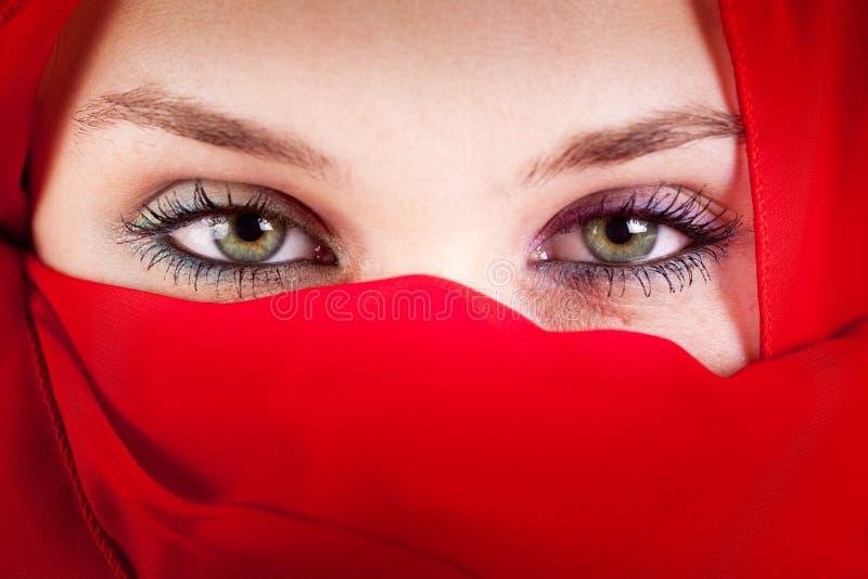 Mujer del velo con los ojos atractivos hermosos foto de archivo