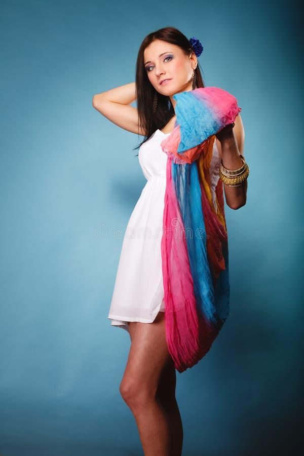 Mujer del verano con el mantón coloreado en azul imagen de archivo libre de regalías
