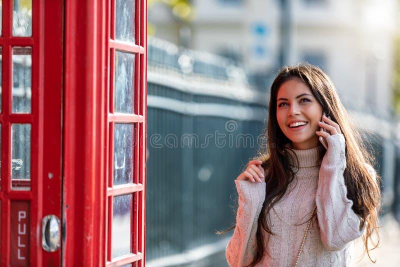 Mujer del viajero de Londres que habla con su teléfono móvil imagenes de archivo