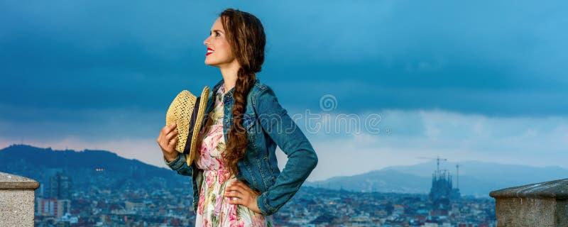 Mujer del viajero delante del panorama de la ciudad que mira en distancia fotografía de archivo