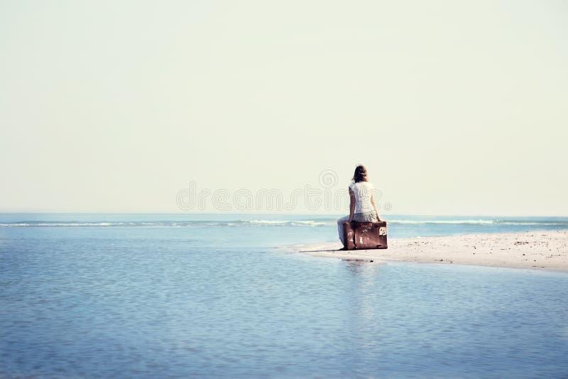 Mujer del viajero que descansa en frente el océano espectacular fotos de archivo